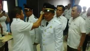Wakil Bupati Boltim, Rusdi Gumalangit, saat melantik dua camat baru