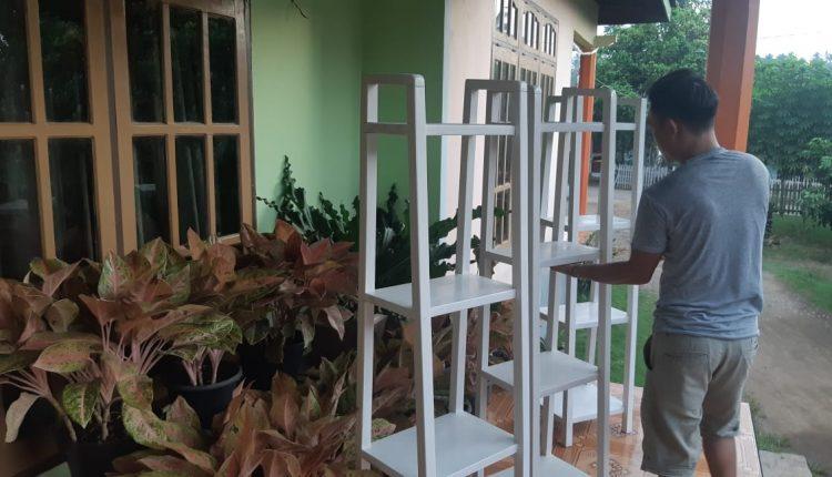 Pemuda Bilalang 1 Ini Buka Peluang Usaha Lewat Pembuatan Rak Bunga