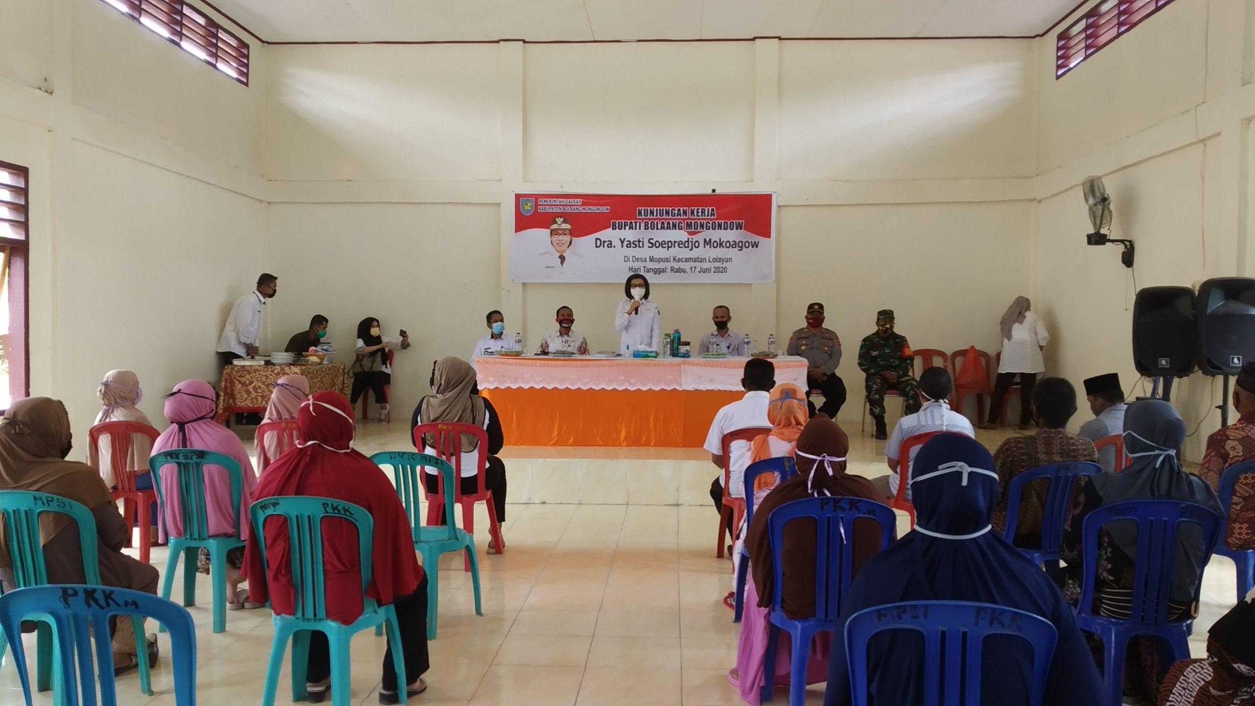 Bupati dialog dengan masyarakat di balai Desa Mopusi